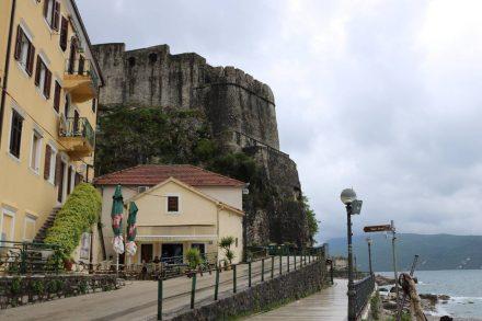 Gleich hinter der Festung von Herceq Novi liegt die schöne Altstadt.