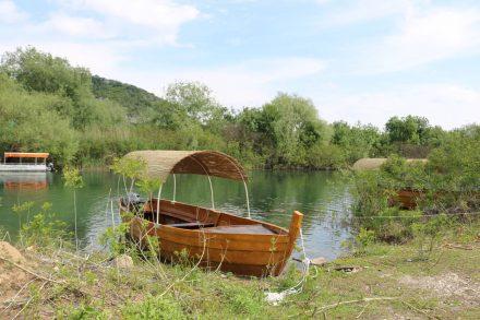 Das Flussdelta zum See geht durch den Schilfgürtel.