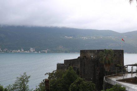 Die Reste der Festung von Herceq Novi mit Aussicht über das Meer.
