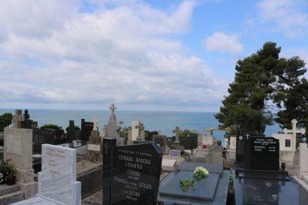 Auch in Ulcinj liegt der Friedhof hoch über dem Meer.