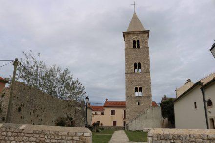 Der Glockenturm thront über der kleinen Altstadt von Nin.