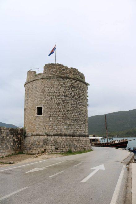 Ein alter Stadtturm am Hafen von Mali Ston.