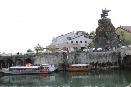 Im kleinen Hafen von Virpazar werden Bootstouren über den Skutarisee angeboten.