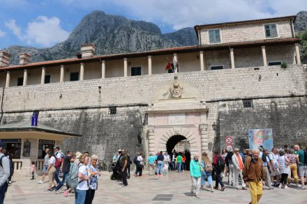 Durch das Haupttor zur Altstadt von Kotor spazieren jährlich Millionen Touristen.