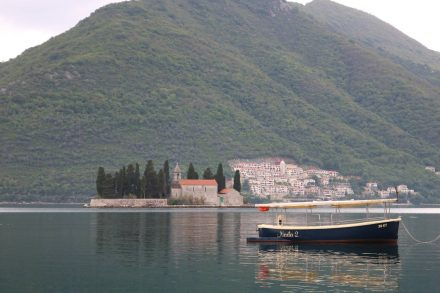 Die Insel heiliger Georg ist eine der zwei pittoresken Inseln in der Bucht von Kotor.