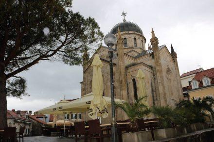 Auf dem zentralen Platz der Altstadt von Herceq Novi steht die Kirche Erzengel Michael.