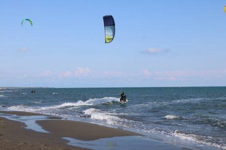 Ulcinj Beach ist bekannt für seine guten Winde und ein Mekka für Kite-Surfer.