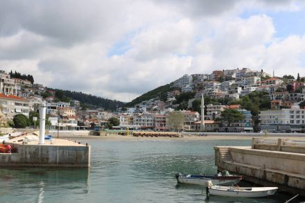 Der kleine Hafen in der Bucht von Ulcinj.