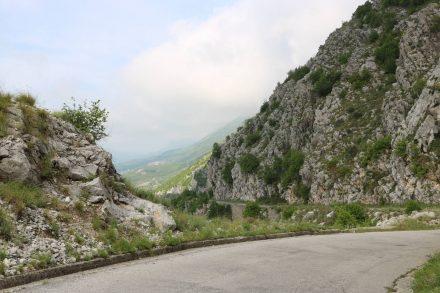 Rund 35 Kilometer geht es eng und kurvig durch die Berge Montenegros.
