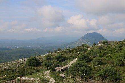 Der erste Aufstieg in die Berge lässt einen zurück Richtung Küste und Ulcinj blicken.