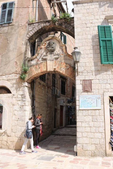 In der Altstadt von Kotor sind viele mittelalterliche Bauten noch erhalten.