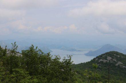 Blick von der Höhe über Virpazar über den Skutarisee.