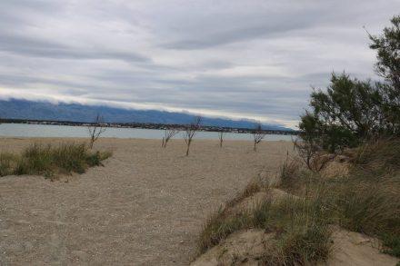 Der naturbelassene Strand lädt im Sommer zum Baden ein.