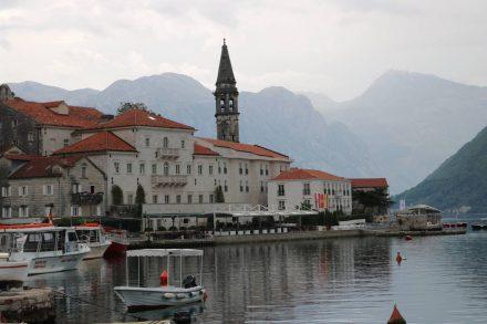 Der kleine Ort Perast liegt sehr idyllisch an der Kotor Bucht.