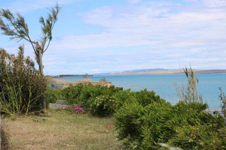 Wunderschöne Ausblicke auf das türkisfarbene Meer von der Küstenpromenade in Sabunike.