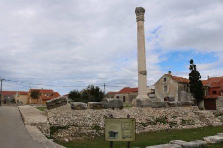Von der römischen Tempelanlage in Nin sind noch eine Säule und die Fundamentmauern erhalten.