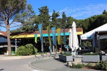 An der Einfahrt zum Campingplatz Zaton sind Rezeption, Supermarkt und ein Bistro angesiedelt