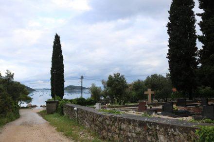 Der Campingplatz Zakono liegt idyllisch am Meer und hinter einem Friedhof.