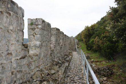 Die ganze Festungsmauer entlang führt der Weg von Mali Ston nach Ston.