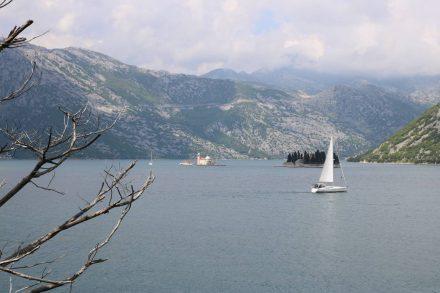 Der erste Blick auf die Bucht von Kotor die UNESCO Weltkultur- und Naturerbe ist.