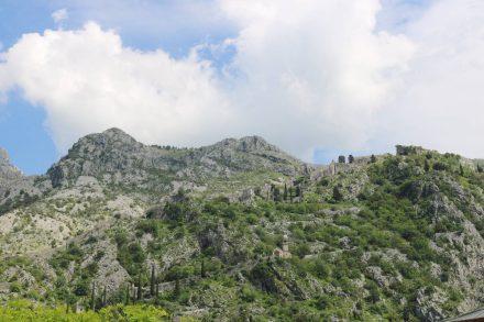 Die Festungsmauern von San Giovanni liegen hoch über der Stadt Kotor.