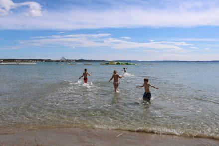 Ein Paradies für Kinder mit Sandstrand, flachem Meer und Aqua Park.