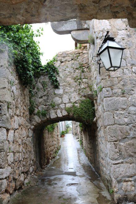 Mali Ston geht mit seinen Stadtmauern direkt in die Festungsmauer über.
