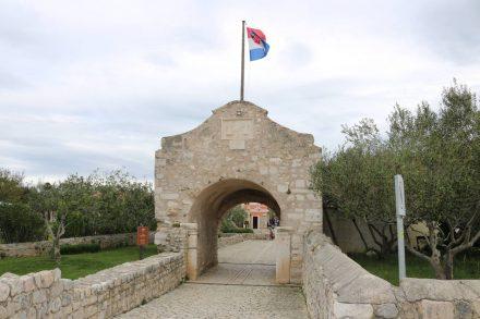 Die Zufahrt zum alten Stadttor von Nin wird gerade restauriert.