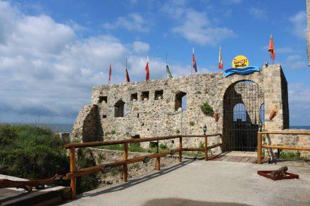Ein geheimnisvolles Tor am Rande der Altstadt von Ulcinj führt zum Sunset Beach.