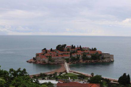 Blick auf die pittoreske Sveti Stefan Insel.