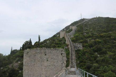 Mehrere Wachtürme säumen die Festungsmauer.