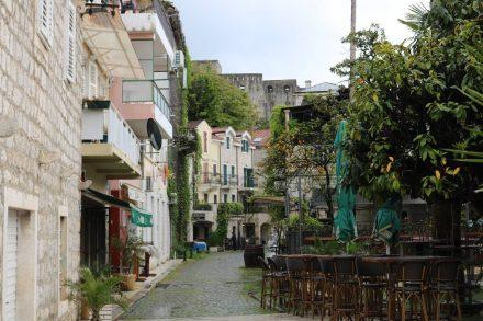 Die bunte Häuserzeile der bekannten Pet Danica am Ufer von Herceq Novi.