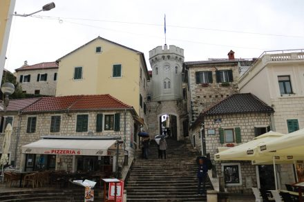 Der Uhrturm in Herceq Novi führt in die Altstadt.