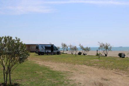 Wohnmobil-Stellplatz in erster Meer-Reihe am Camping Safari Beach in Ulcinj.