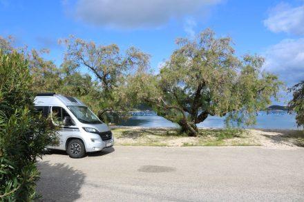 Wunderschön liegt der Campingplatz an der Bucht von Brijesta.