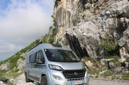 Der Adria Twin Ducato auf seinem felsigen Anstieg Richtung Skutarisee in Montenegro.