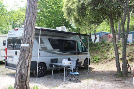 Mein Adria Twin Ducato auf seinem Stellplatz im Camping Mare Pineta.