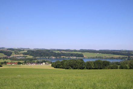 Vom Buchberg kommen liegt ruhig der Obertrumer See.