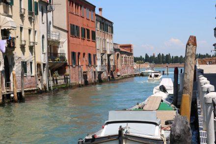 Im Norden von Venedig liegt die Friedhofsinsel San Michele mit ihrer Aussegnungshalle und Gedenkkirche.