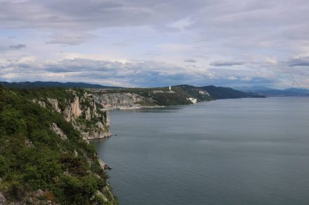 Blick in Richtung Triest vom Rilke Weg in Sistiana.