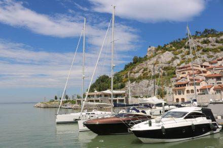 Fast uneinnehmbar liegt die Bucht von Porto Piccolo.