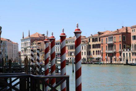 Der Canale Grande ist die größte Schifffahrtsstraße in Venedig.