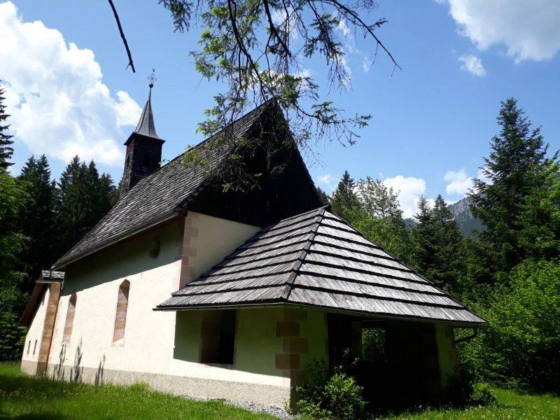 Einsam und mitten im Wald steht die hübsche kleine Einsiedelkirche.