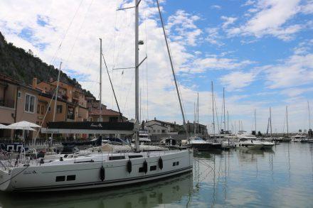Der abgeschlossene Hafen mit Promenade in Porto Piccolo.