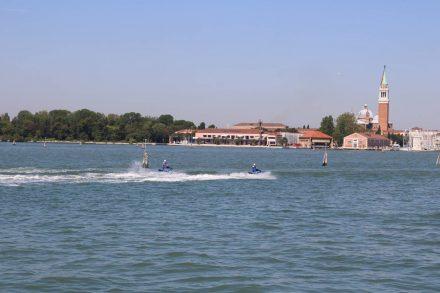 Die Jetski-Polizei kontrolliert die Lagune von Venedig.