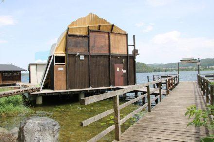 Die Seebühne von Seeham am Obertrumer See mit eigenem Anlegesteg.