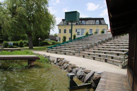 Sitztribünen der Seebühne in Seeham.