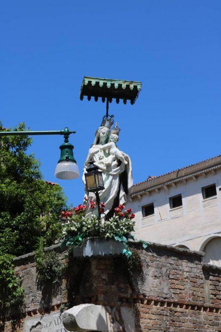 Stahlblauer Himmel und die Madonna mit dem Jesuskind.
