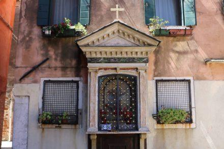 In kleinen Gassen finden sich typisch Venezianische Gedenkschreine.