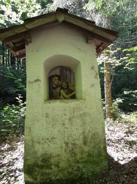 Den Weg zur Einsiedelkirche säumen Marterl mit dem Leidensweg Christi.